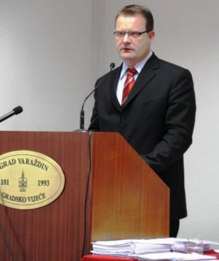 rad image gradonačelnik za govornicom