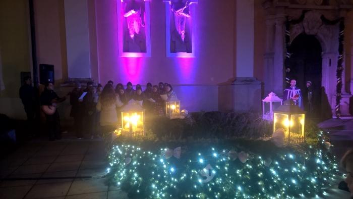upaljena treća adventska svijeća