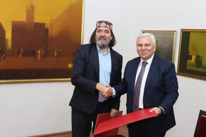 Ilustracija: Trenutak poslije potpisivanja povelje o suradnji između gradonačelnika Čehoka i Usubova